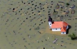 Überschwemmte Kirche und Friedhof Stockbild