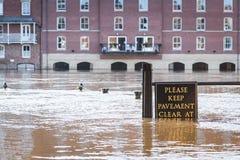 Überschwemmte Pflasterung am Flussufer in York, Großbritannien Stockbilder