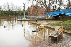 Überschwemmte Sitze und Straßen Stockfotos