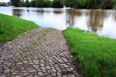 Überschwemmte Straße auf der Elbe Stockfotos