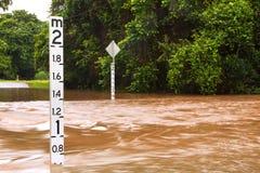 Überschwemmte Straße in Queensland, Australien Lizenzfreie Stockfotos