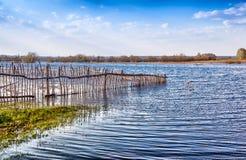 Überschwemmter alter Bretterzaun Stockbild