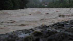 Überschwemmter Fluss im Bayern nach schwerem Niederschlag stock video