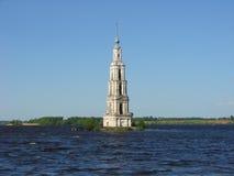 Überschwemmter Glockenturm der Kathedrale von Sankt Nikolaus Kalyazin Russland Lizenzfreie Stockfotos