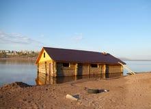Überschwemmtes Haus stockfotografie