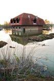 Überschwemmtes Haus im Fluss Lizenzfreies Stockfoto