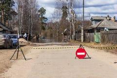 Überschwemmung in einer Straße des Dorfs Lizenzfreies Stockfoto