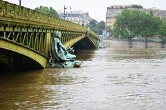 Überschwemmung von Paris im Jahre 2016 mit Hochwasser an der Brücke Lizenzfreie Stockfotografie