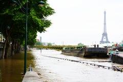 Überschwemmung von Paris im Jahre 2016 mit Straße unter Wasser und Lastkähnen auf der Seine Stockfotos