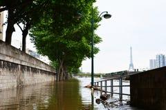 Überschwemmung von Paris im Jahre 2016 mit Straße unter Wasser und Lastkähnen auf der Seine Lizenzfreie Stockbilder
