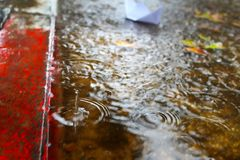 Überschwemmung, Winterregen in Israel Regen-Wasser überschwemmt die Pflasterung und die Autostraße stockbilder