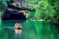 Überseetouristen auf der mysteriösen Lagune Stockfotografie