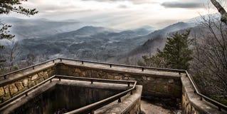 Übersehen Sie in den rauchigen Bergen lizenzfreies stockbild