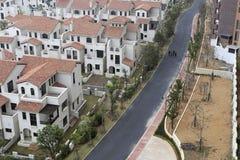 Übersehen Sie neue Asphaltstraße im Wohngebiet Stockbild