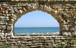 Übersehendes Steinfenster Stockfoto