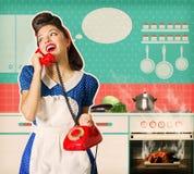 Übersehenes Brathähnchen der jungen Frau in einem Ofen Stockbilder
