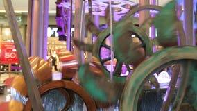Übersetzen Sie Systemrotation in eine dekorative Wassermühle stock footage