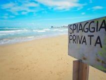 Übersetzung Spiaggia Privata privates Strandzeichen auf dem Strand lizenzfreie stockfotografie