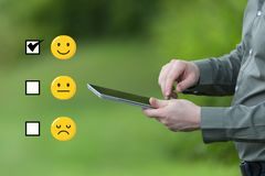 Übersichts-Konzept Geschäftsmann, der eine intelligente Tablette beweglich an einem grünen Sommertag hält stockfotografie