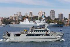 ?bersichts-Motorbarkasseschiff HMAS Benalla A 04 Paluma-klasseder k?niglichen australischen Marine auf Sydney Harbor stockbilder