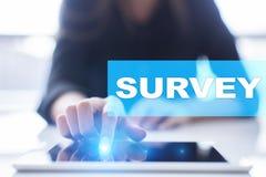 Übersichtstext auf virtuellem Schirm Feedback und Kundenreferenzen Geschäftsinternet und Technologiekonzept stockfoto