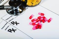 Überspannung der verschreibungspflichtigen Medikamente durch einen Doktor lizenzfreie stockfotos