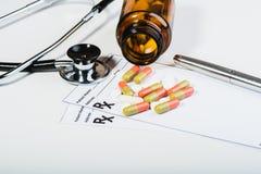 Überspannung der verschreibungspflichtigen Medikamente durch einen Doktor lizenzfreies stockfoto