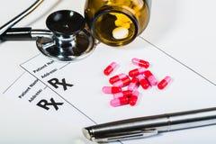 Überspannung der verschreibungspflichtigen Medikamente durch einen Doktor lizenzfreie stockbilder
