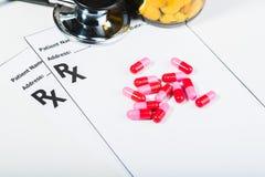 Überspannung der verschreibungspflichtigen Medikamente durch einen Doktor lizenzfreies stockbild