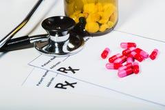 Überspannung der verschreibungspflichtigen Medikamente durch einen Doktor stockfotos