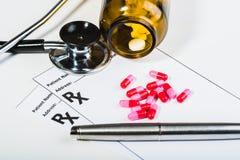 Überspannung der verschreibungspflichtigen Medikamente durch einen Doktor lizenzfreie stockfotografie