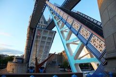 Überspannungs-geöffnete Kontrollturm-Brücke, London Stockfotos