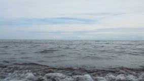 Überspringende Steine auf Oberem See stock video footage