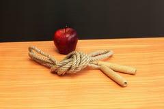Überspringendes Seil und Apfel Stockfoto