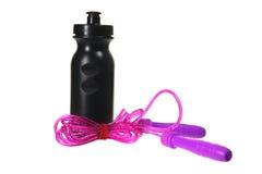 Überspringendes Seil-und Plastikflasche lizenzfreie stockfotos