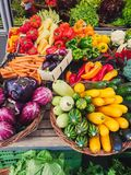 Übersteigen Sie hinunter Ansicht über Gemüse auf einem Markt stockfotografie