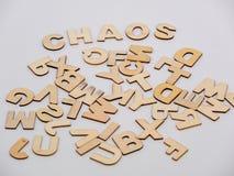 Übersteigen Sie hinunter Ansicht über hölzerne Buchstaben mit dem Wortchaos lizenzfreie stockbilder
