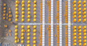 Übersteigen Sie hinunter Brummenvogelperspektive der Regenschirme und der Gazebos auf italienischen sandigen Stränden Riccione, I Lizenzfreie Stockfotos
