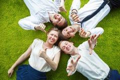Übersteigen Sie hinunter Schuss der Gruppe junger Geschäftsleute, die Spaß haben lizenzfreie stockbilder