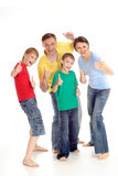 Übersteigt Familie in den hellen T-Shirts Lizenzfreies Stockbild