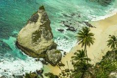 Überwältigende szenische Ansicht der Tropeninselküstenlinie mit Diamantform-Felsenklippe und Wüstenparadiesstrand mit Palmeschlag lizenzfreies stockbild