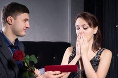 Überwältigte Dame Receives Presents von ihrem Mann lizenzfreie stockfotografie