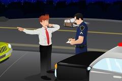 Überwachen Sie das Durchführen eines DUI-Tests für einen betrunkenen Fahrer polizeilich Lizenzfreies Stockfoto