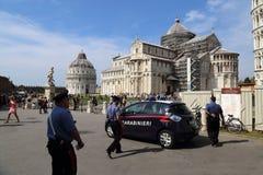 Überwachen Sie das Patrouillieren an den Pisa-Monumenten in Pisa, Italien polizeilich Lizenzfreies Stockfoto