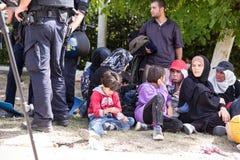 Überwachen Sie das Schützen der Warteschlange der Flüchtlinge in Tovarnik polizeilich Stockfotos