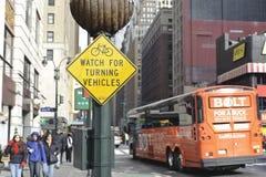 Überwachen Sie heraus für Radfahrerzeichen lizenzfreie stockfotos
