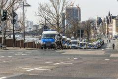 Überwachen Sie Parkautos nahe Demonstration gegen EZB und Kapitalismus polizeilich Lizenzfreies Stockfoto