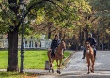 Überwachen Sie Patrouille im Park in Sofia, Bulgarien polizeilich Stockfoto