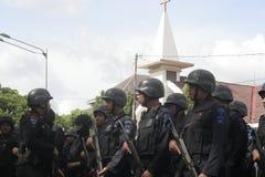 Überwachen Sie Patrouille und Sicherheit um die Kirche vor Weihnachtstag in der Stadt des Solos, Jawa Tengah polizeilich stockfotos