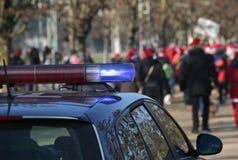Überwachen Sie Patrouille während der Demonstration mit vielen Aufständischern am publ polizeilich Lizenzfreie Stockbilder